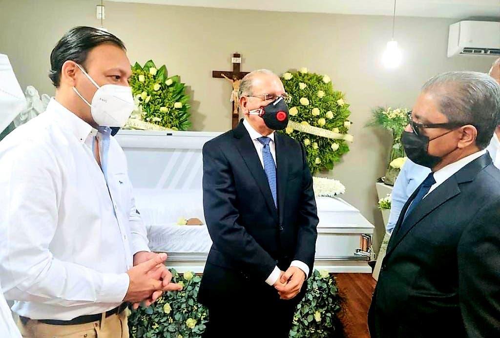Danilo Medina acude a funeraria a dar el pésame a Marino Collante