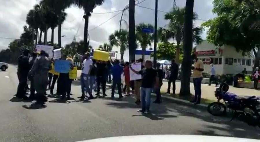 Antivacunas; Protestan contra resolución exige tarjeta