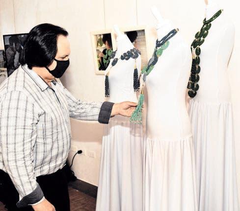 """El diseñador Leonel Lirio observa una de las piezas de """"Ciclos""""."""