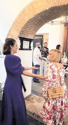 Rommy Grullón saluda a la diseñadora. Lisbel Sánchez