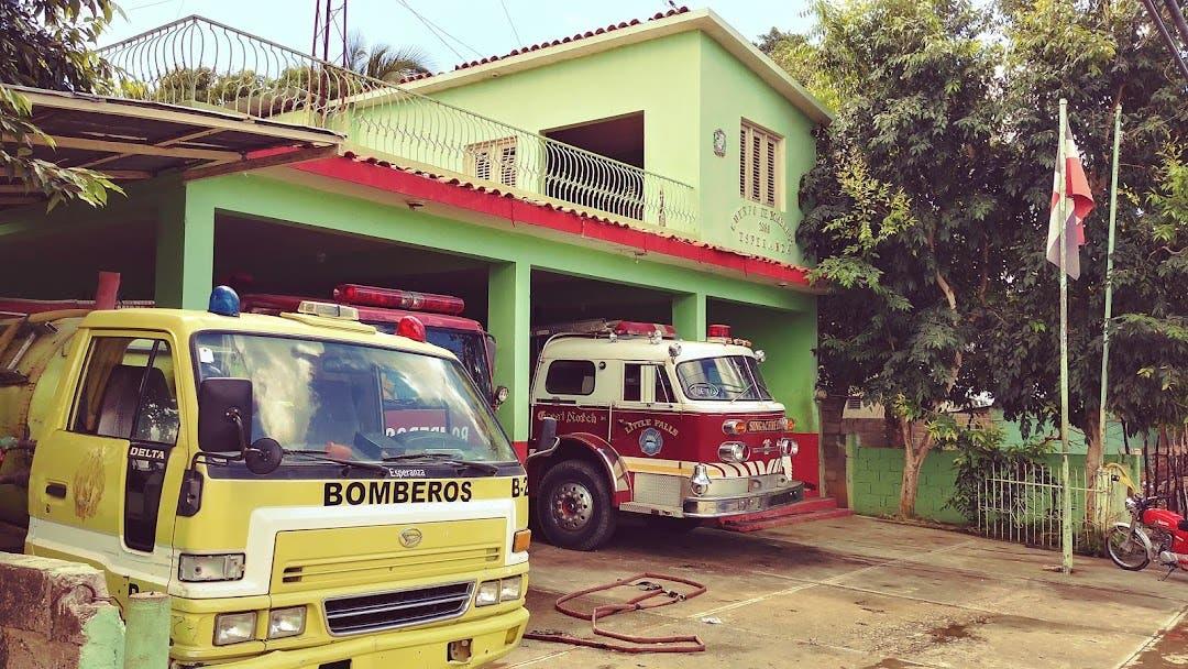 Incendio reduce a cenizas vivienda y colmado en Esperanza