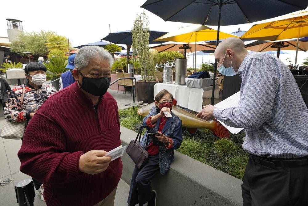 San Francisco relaja el uso de mascarillas en interiores