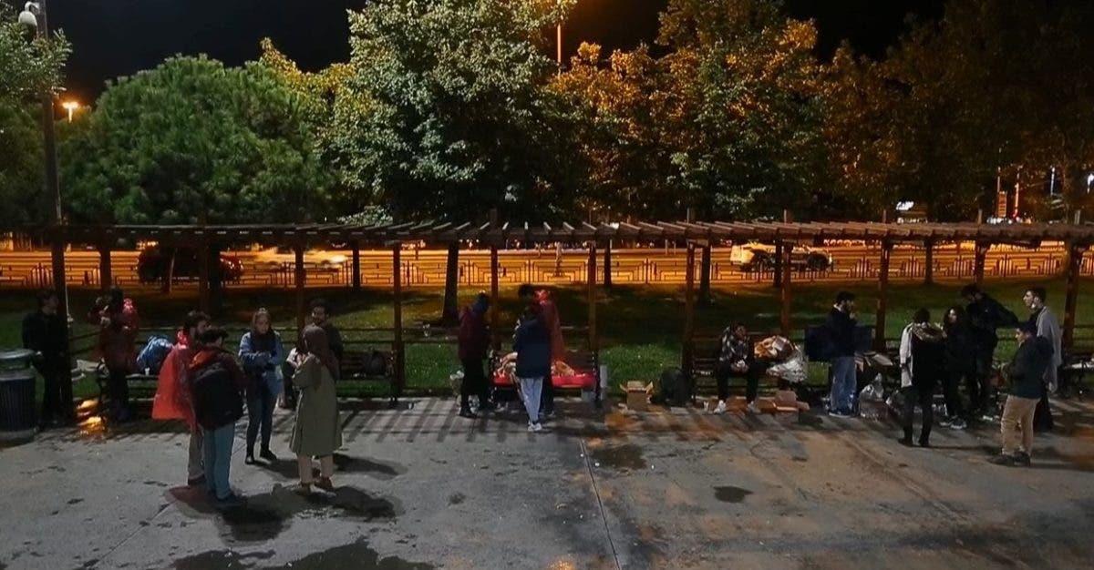 De día a clase, de noche en el parque: estudiantes sin vivienda en Estambul