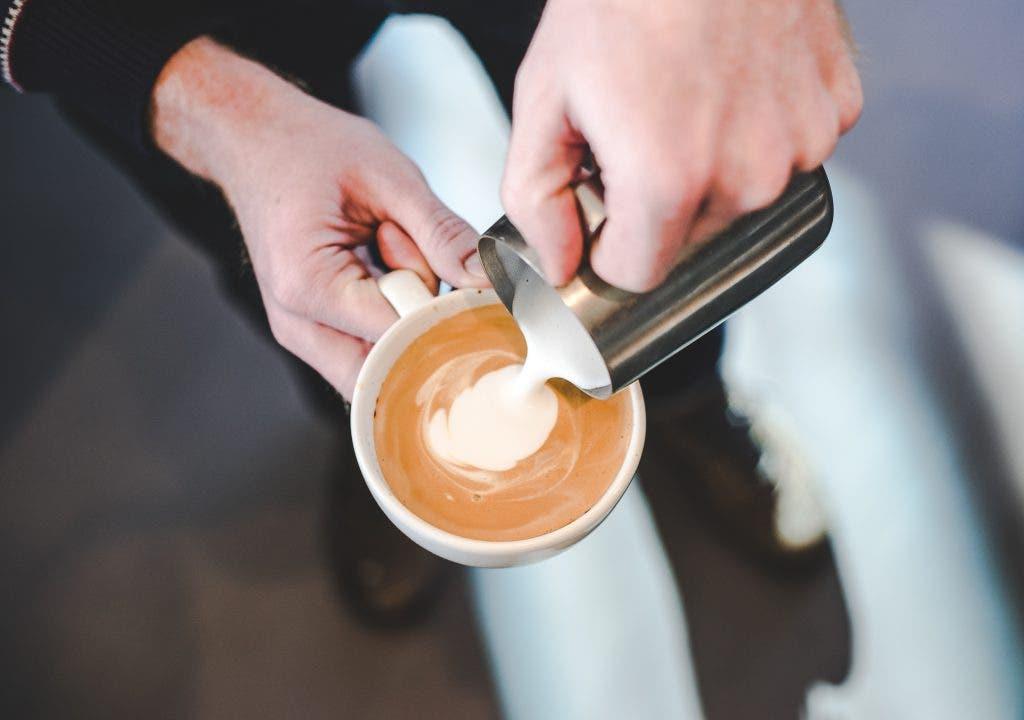 ¿Quién puede vivir sin un café al día?  combinarlo con bebida vegetal; última tendencia